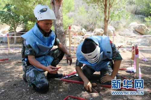 扫雷作业组长指导作业手完成作业。新华网 杨双权摄