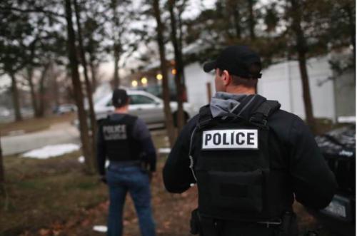 纽约州警方配合国土安全部探员在长岛逮捕一名MS-13成员。(美国《世界日报》资料图)