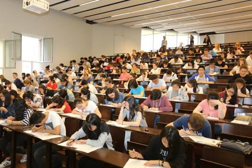 法国学生参加HSK考试。(法国《欧洲时报》/黄冠杰 摄)