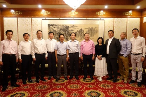 中央统战部副部长谭天星(中)与访华团部分成员合影。中新社记者 付强 摄