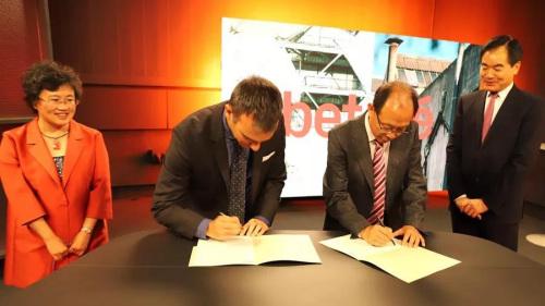 中国驻巴塞罗那总领馆林楠总领事(左一)、张晓贝社长见证合作双方签署合作协议。(《欧洲时报》西班牙版微信公众号/异人 摄)