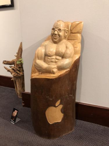 美国华人雕塑家变废木为宝贝 巧手雕出新生命