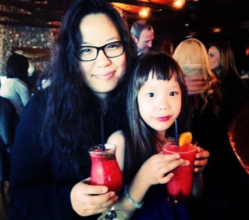 张美琪(左)说,阿妮雅(右)生病前是个开心可爱的小女孩。(张美琪提供)