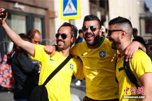 资料图:当地时间6月13日,来自世界各地的球迷聚集在莫斯科红场附近,迎接2018俄罗斯世界杯足球赛开幕。图为巴西队球迷。 中新社记者 富田 摄