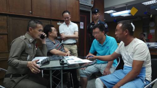 当地警方向中国游客取证(民族报)