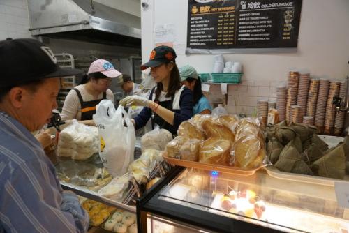 阿波罗饼屋负责人陈美玲表示,台式口味的肉粽和客家碱粽,很受顾客欢迎。(美国《世界日报》/林群摄)