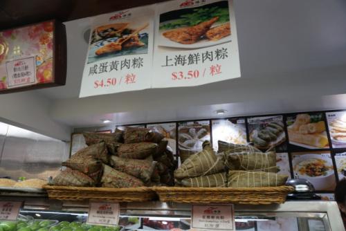 上海鲜肉粽的价格约3.5元,店家表示,虽然成本上涨,但粽子售价不敢涨。(美国《世界日报》/林群摄)