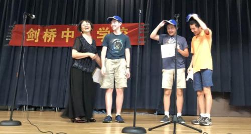 带上毕业生特有的蓝色纪念帽。(图片来源:中国驻纽约总领馆微信公众号)