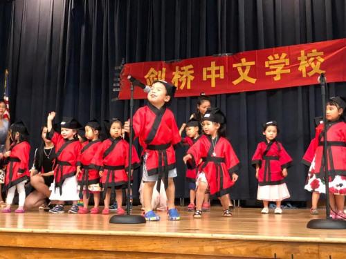 娃娃学中文,欢乐特别多!(图片来源:中国驻纽约总领馆微信公众号)