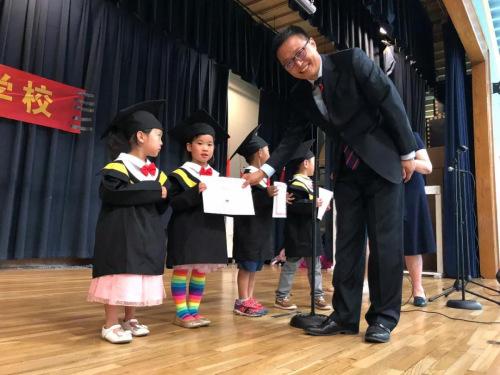 剑桥中文幼儿园的小朋友也毕业啦。(图片来源:中国驻纽约总领馆微信公众号)