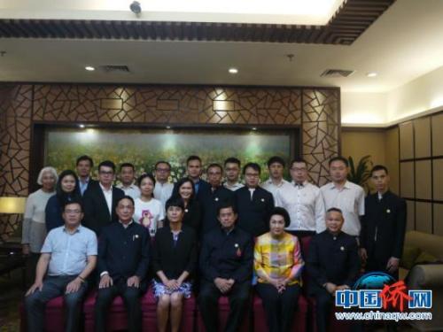 图为广西外侨办副主任陈洁与考察团成员合影 谭杨 摄