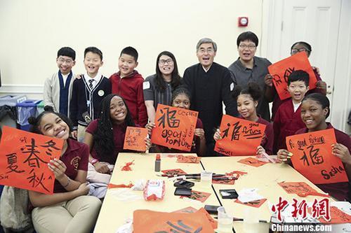资料图:中美两国小学生体验中国传统文化。 <a target='_blank' href='http://www.chinanews.com/'>中新社</a>记者 廖攀 摄