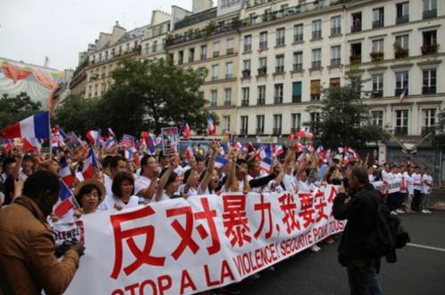 """资料图:2016年,法国华界举行""""反暴力,要安全""""大游行。图为游行现场。(法国《欧洲时报》/ 黄冠杰 摄)"""