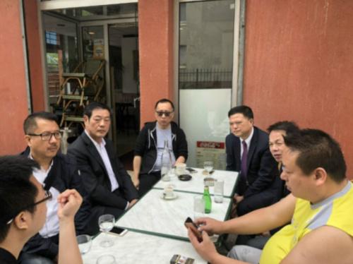 任俐敏等华侨华人会主席团成员与华人维权热心人士讨论下一步的维权行动。(法国《欧洲时报》/孔帆 摄)