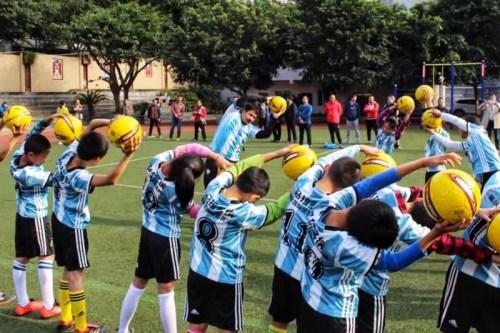 唐清慧公司选派的阿根廷足球教练团队进驻全国各大中小学进行执教,助力中国足球事业发展。受访者供图