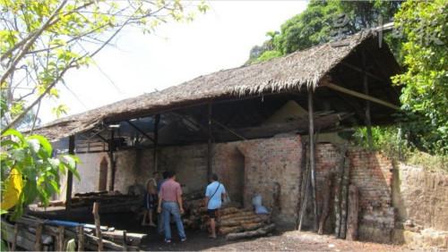 其中一座炭窑厂的屋顶铺盖亚答叶,内有两个炭窑。(马来西亚《星洲日报》)