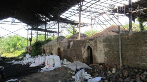 一座荒废及不再运作的炭窑厂。(马来西亚《星洲日报》)