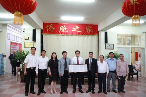 任俐敏主席代表华侨华人会捐出了首届主席团(旅法华侨俱乐部)名单牌匾。
