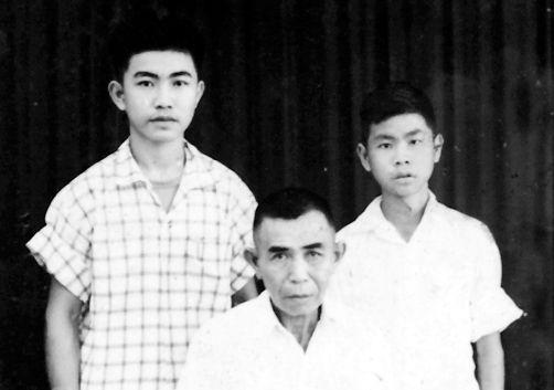张国华(左)与父亲、弟弟的合影。