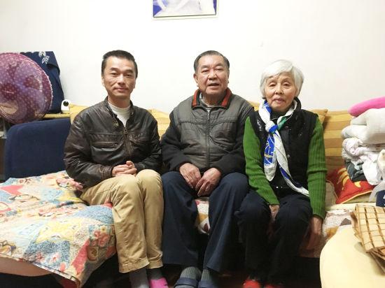张国华(中)与妻儿的合影。