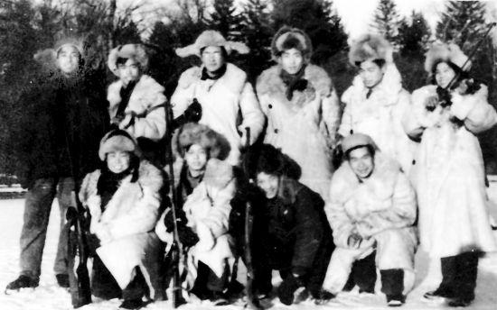 一九五八年,邱学清与同学在黑龙江小兴安岭红旗林场实习时的合影。