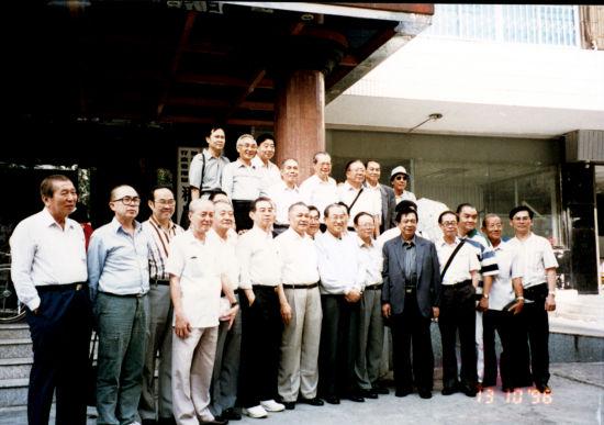 邱学清与棉华中学同学在香港聚会。