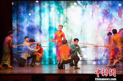 新加坡聚舞坊表演的《锦绣娘惹》。 王晓童 摄