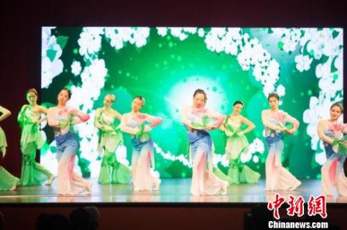 澳大利亚艺术团表演的《茉莉花》。 王晓童 摄