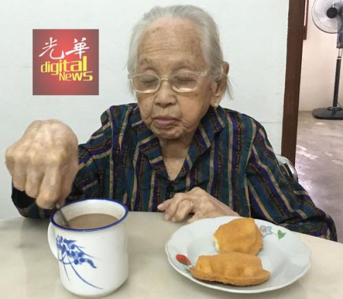 洪亚嬷的简单早餐。(马来西亚《光华日报》)