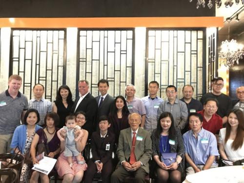 麦卡锡(后排左四)访华埠,与民众合影。(图片来源:美国《世界日报》/董宇摄)