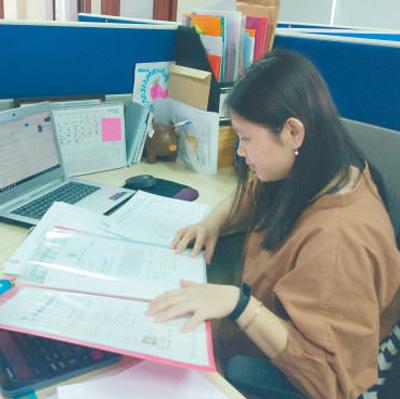 蓝梅珍在认真研读工作材料。