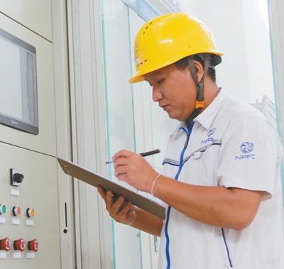 南湃水电站老方员工甘亚在厂房内监测发电机组工作。   本报记者 孙广勇摄