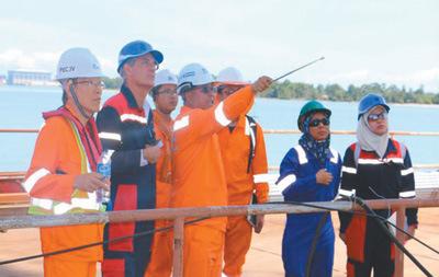 丁业波在文莱大摩拉岛大桥施工现场指挥工作。