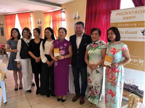 刘东(右二)与来宾在新书发布会现场。(图片来源:匈牙利欧洲华通社)