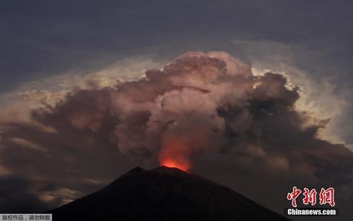资料图:2018年6月29日,印尼巴厘岛阿贡火山喷发。据报道,阿贡火山自28日晚间喷发,火山灰高达2000米,导致巴厘岛国际机场从29日凌晨3点起关闭。