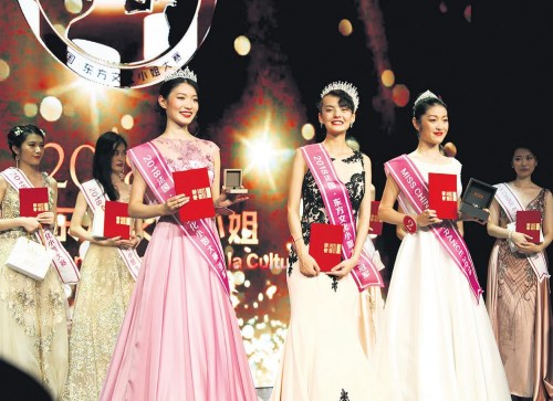 利缇雅·维奥(中)、张小艺(左)、王美琦获得冠、亚、季军。(图片来源:《欧洲时报》记者 黄冠杰 摄)