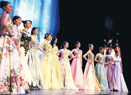 选手展示晚装。(图片来源:《欧洲时报》记者 黄冠杰 摄)