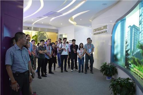 """嘉宾参观""""南京侨梦苑""""启迪科技展厅。"""