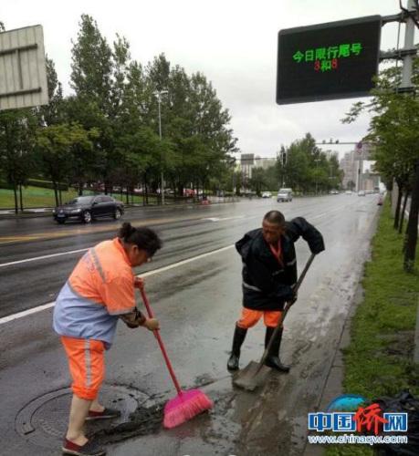 环卫工人进行道路清淤工作。 成都市城管委 摄