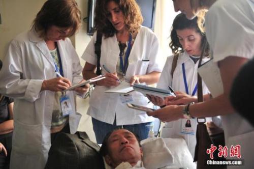 """资料图:7月10日,""""洋中医""""认真记笔记。近日,11名西班牙""""洋中医""""来到位于昆明市的云南省中医院,开始为期3周的推拿和针灸学习。近年来,随着国际社会对中医的关注度不断提高,越来越多的外国人来中国学习这门古老医术,云南省中医院每年都要接收约200名来自国外的医生和留学生进修学习。<a target='_blank' href='http://www.chinanews.com/'>中新社</a>记者 刘冉阳 摄"""