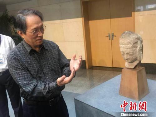 王纯杰为媒体讲解佛像形制。 胡健 摄