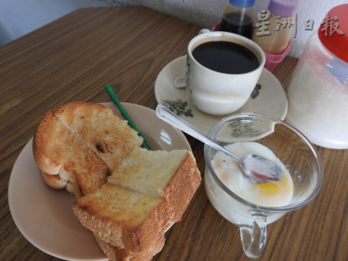 热咖啡、烤面包、半生熟鸡蛋,是不论贫富皆喜欢的廉价美食。(马来西亚《星洲日报》)
