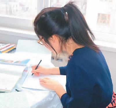 摩尔多瓦吸引了越来越多的中国学生前往留学,图为留学摩尔多瓦的姚美玲在学校。