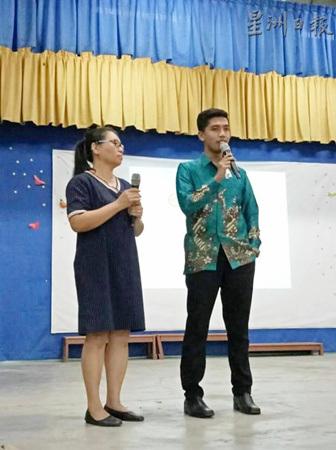 李永纳(右)受邀与柏图学生分享学习的秘诀。左为副校长纪秀珠。(马来西亚《星洲日报》)