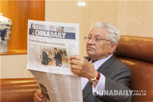 巴塔查雅勋爵阅读《中国日报》。(图片来源:中国日报 赵欣/摄)