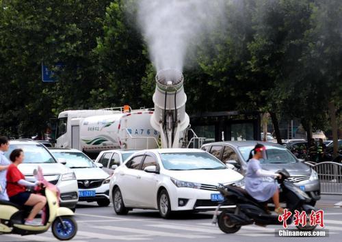 """7月17日,河南郑州,郑州出动""""炮车""""街头喷雾降温。<a target='_blank' href='http://www.chinanews.com/'>中新社</a>记者 王中举 摄"""