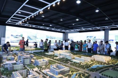 海外华媒代表参观城市规划沙盘。(图片来源:《欧洲时报》记者孔帆 摄)