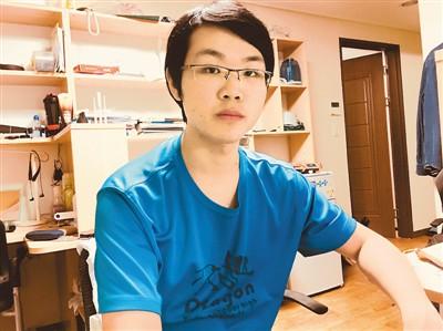 谢林生就读于韩国檀国大学,他在学校做过汉语助教。图为谢林生正在宿舍学习。