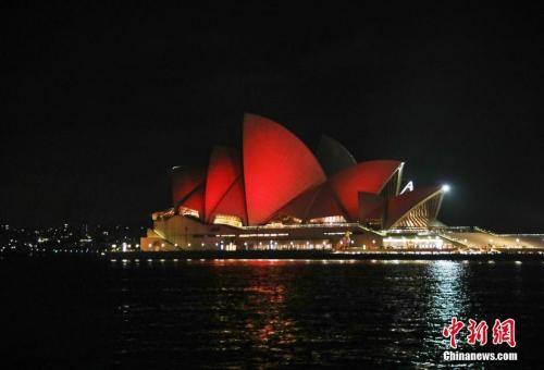 """资料图:悉尼歌剧院点亮""""中国红"""" <a target='_blank' href='http://www.chinanews.com/'>中新社</a>发 姜长庚 摄"""