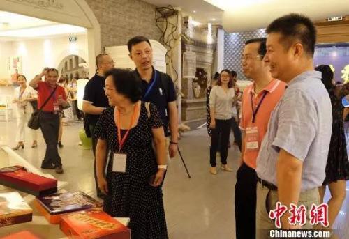 桂发祥董事长吴宏为海外华媒代表介绍企业产品